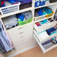 Moderní šatní skříně: Nezbytné vnitřní vybavení pro dokonalý pořádek