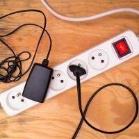Elektřina zlevňuje, přesto platíte stále více?